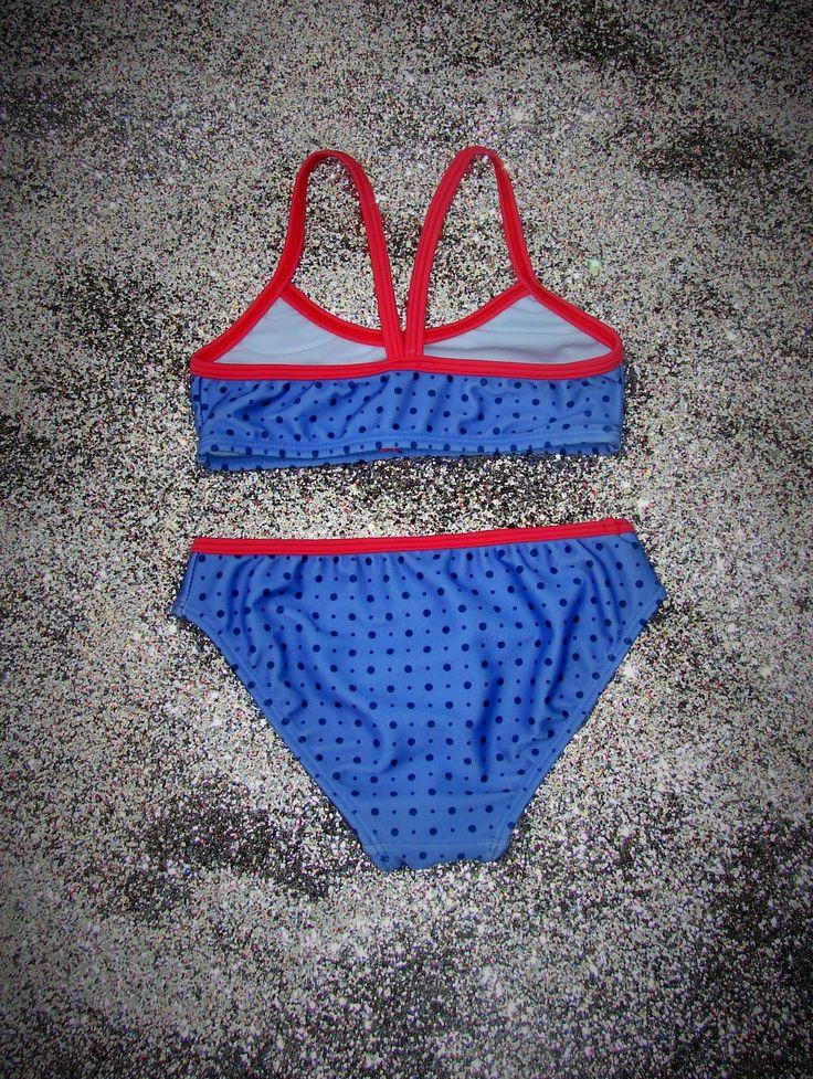 Bikini de niña. Top con vivo a contratono en escote y breteles, que van al centro de espalda. Vedetina alta con vivo a contratono en cintura.Rosa-violeta, Azul-frutilla. T2-T14
