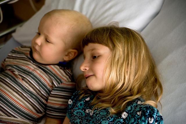 Edgar, lorsque malade, et sa sœur Zoé.
