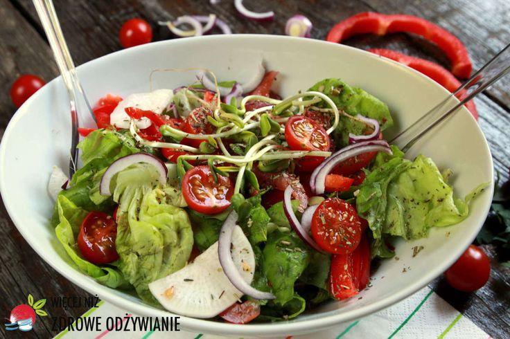 Rzymska sałata z rzodkwią, pomidorami i kiełkami. Zdrowe sałatki na co dzień. Prosty przepis na wyśmienitą sałatkę. Oczyszczanie. Zdrowe odżywianie.