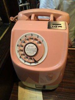 すごいレトロな電話発見 公衆電話も見なくなったこの時代にダイヤル式の公衆電話なんてビックリ  こんなレトロな電話がらあるお店もレトロで昔ながらのシンプルな味付けで食べるチョプドビーフはおすすめですよ      チョップドビーフステーキの店BROS.よしむら BROS.よしむら店主吉村悌二 営業時間午後時半午後時 ランチタイムあり正午 木曜日はランチはありません  店 休 日月曜日 住 所熊本市中央区下通1-4-19 1F T E L 096-322-7900      プードル専門店COCO  HOUSE 福岡市早良区原6-29-29 092-847-0511 poodle-cocohouse.com   tags[熊本県]