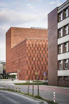 La piedra arenisca roja de la su fachada se parece al ladrillo de su entorno pero, al mismo tiempo, resalta la originalidad y el color del novedoso edificio. Foto: Certowicz