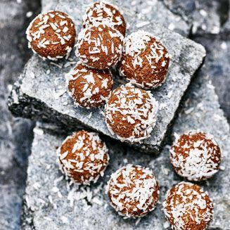 Här är sex supersmarriga raw bollar som är späckade med frukt, nötter och andra energirika nyttigheter.