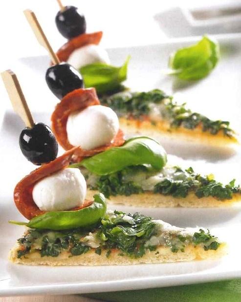 Pizza-chorizopunt: 1 Dr. Oetker Ristorante Spinaci, 75gr chorizoworst, 150g mini-mozarella, 16 zwarte olijven, 16 basilicumblaadjes. Bereiding: bak de pizza af en snijd in 16 punten. Snijd de chorizo in lange plakken. Steek op de cocktailprikkertjes een plak chorizo, een olijf, een mozarellabal en een blaadje basilicum. Prik dit in alle pizzapuntjes.