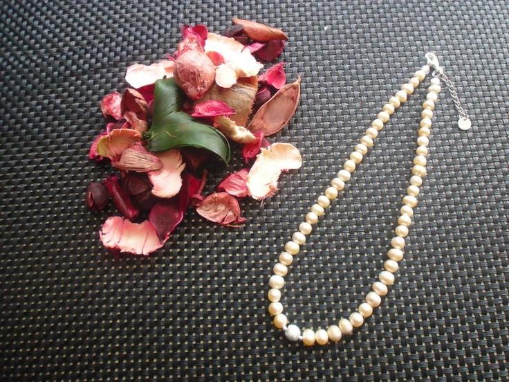 Süsswasserperlen 8 mm in der Farbe creme-rose mit einem versilberten Schmuckteil gearbeitet.    Eine Kette für jeden Tag.    Naturprodukte können in F