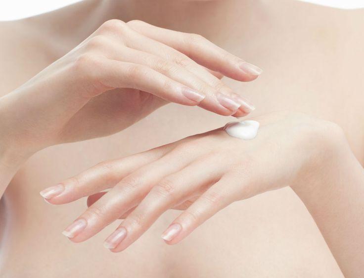 Non, ce n'est pas qu'un lubrifiant! Découvrez toutes les nombreuses vertus que la vaseline peut apporter à votre routine beauté, pour vos cheveux, votre peau, vos cils...