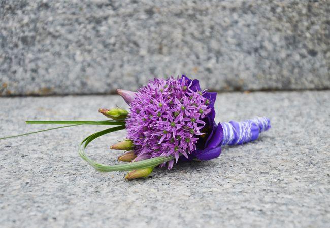 Darf es auch mal #lila sein? Ein toller #Anstecker zur #Hochzeit in #lilanen #Farben - #groom #flower #boutonniere #weddinginspiration