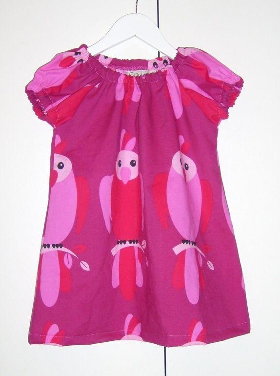 Kjole med papegøyer på str 98 Kjolen vokser med barnet og kan brukes som tunika senere.  Kjolen er laga av 52% polyester og 48% bomull  Kan vaskes på 40 grader