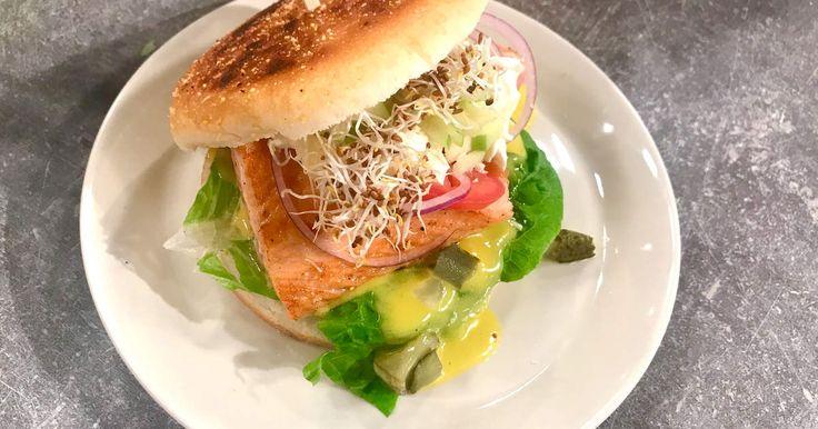 Laxburgare i gott bröd med hemmagjord remouladsås, citron, pepparrot, tomat m.m. Fyllig och rejäl med massa grönt!