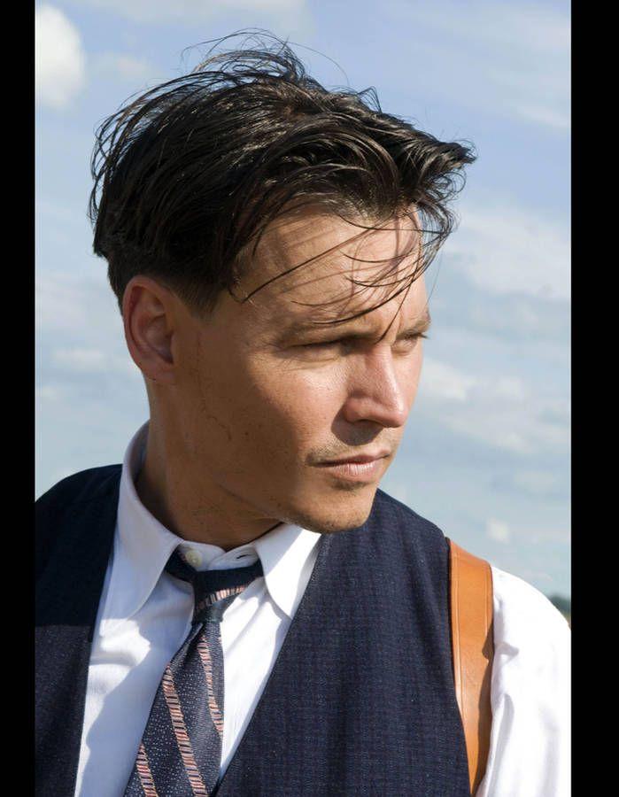 Dans le film de Michael Mann, l'acteur porte une coiffure très sage qui, il semblerait, laisse entrevoir un début de calvitie!