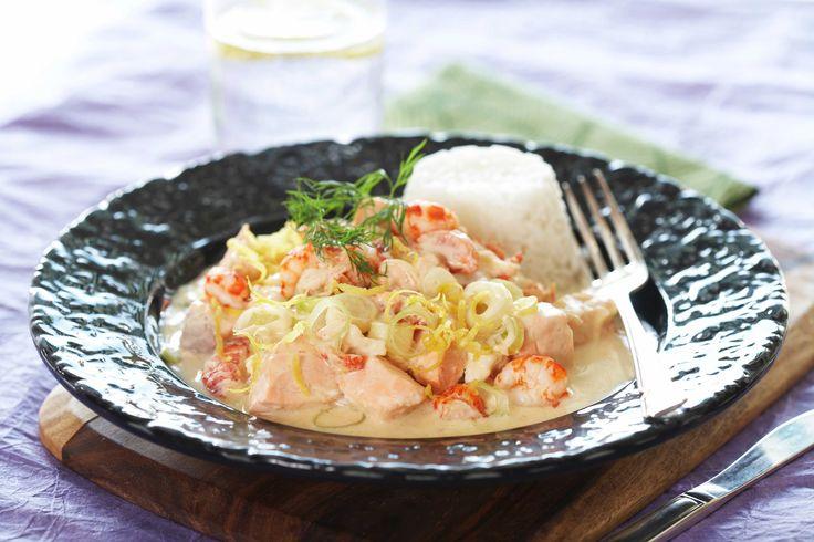 Her er en enkel oppskrift på et middagstips med laks laget i gryte, med krepsehaler, crème fraîche, vårløk og dill.
