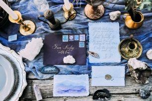 Детали стола для съемки: ручная полиграфия, кристаллы и минералы, винтажные подсвечники, окрашенная марля