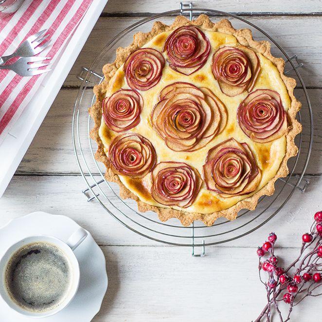 #Apfelrosen #Kuchen Ooooh wie schön! Dieser Apfelkuchen ist ein echter Hingucker. Er erfordert zwar etwas Fingerspitzengefühl, aber das Ergebnis ist seine Mühe wert. Die zimtzuckrigen Äpfel in feiner Vanillecreme schmecken zudem himmlisch gut. Da werden eure Gäste Augen machen!