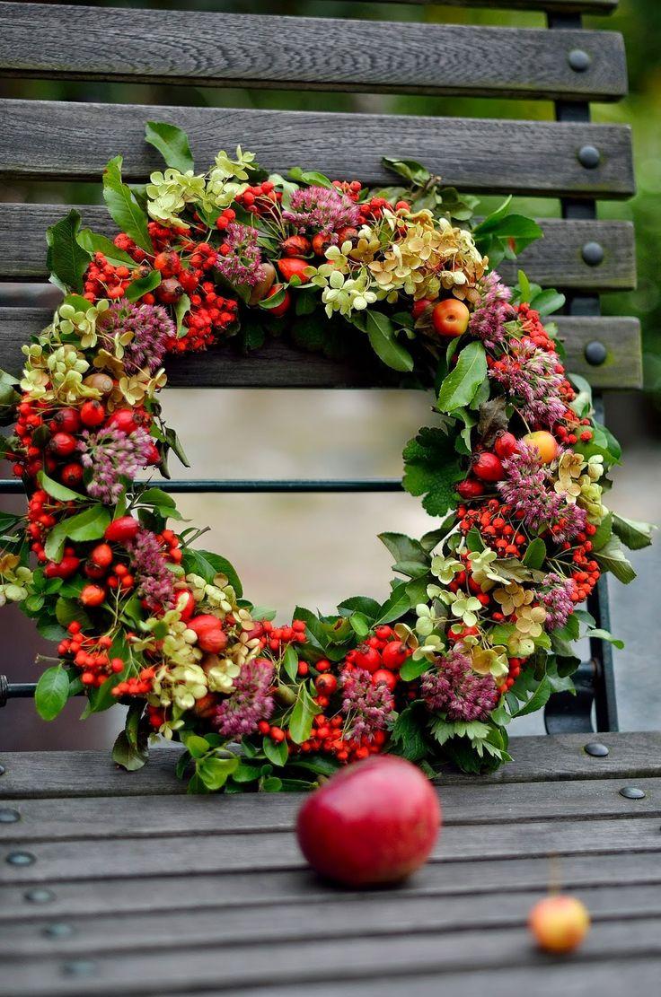Dom pod brzozą: Jesienny wianek, dynie i emaliowane naczynia