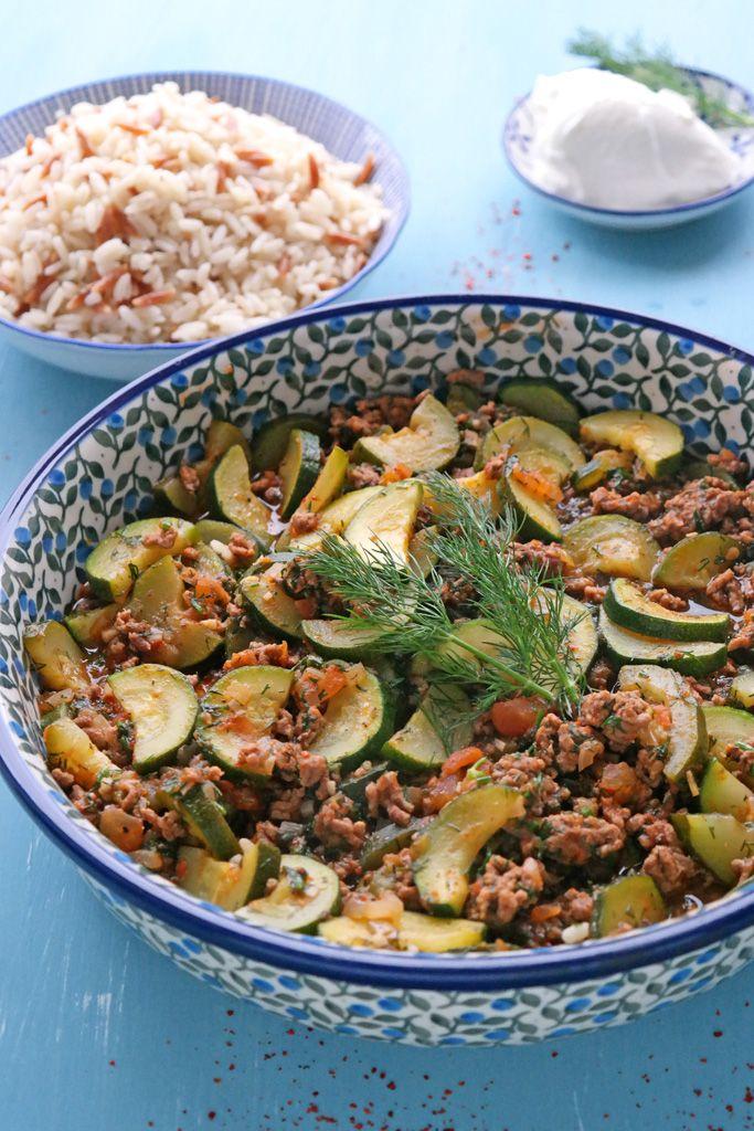 Ein schnelles Sommergericht, das auch im Winter prima funktioniert: Die Zucchini-Hackfleisch-Pfanne mit türkischem Reis geht eigentlich immer.