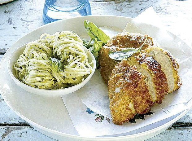 Filé de frango com crosta de parmesão e linguine ao pesto (Foto: Gallo Images Pty Ltd./StockFood)