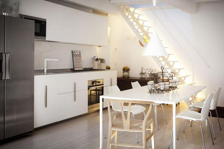 La cucina è di Rossana. Il tavolo è di Desalto, modello 25. La lampada a soffitto è la Diabolo di Achille Castiglioni per Flos. Sedie Nihau ...