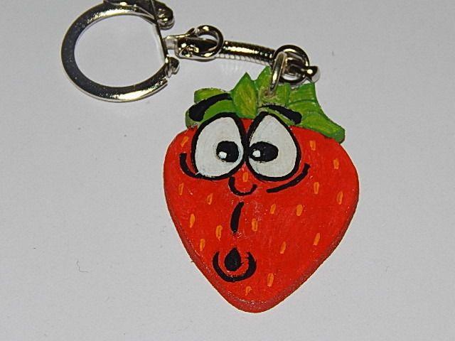 porte-clé fraise en bois expression étonné : Porte clés par creacendre