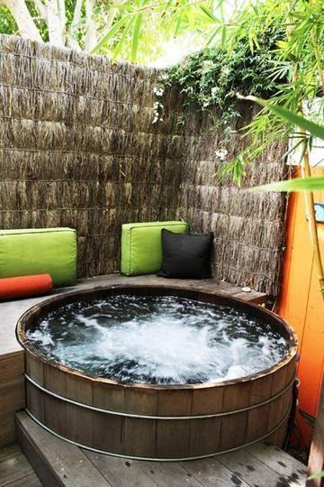 Love the colors and the hot tub.  I want this in my backyard, right now!   Pared de paja. O cortina de paja , para barda  con alambre gallinero