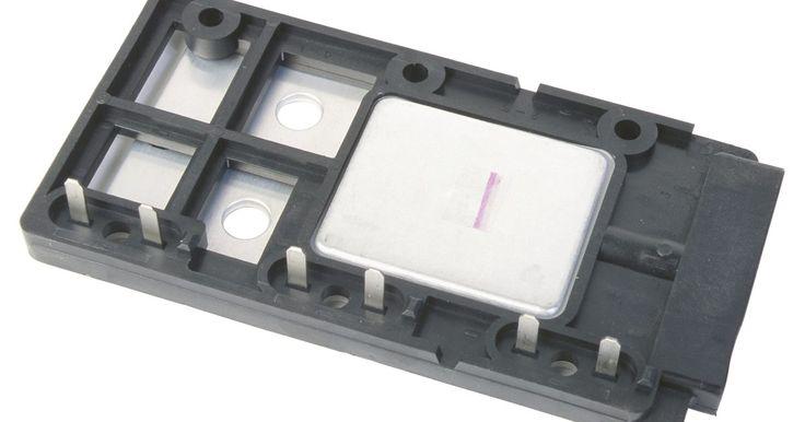A localização do sensor de velocidade na transmissão do Honda Civic 1994. O sensor de velocidade central fica localizada em cima do eixo da transmissão no Honda Civic 1994. É um pequeno dispositivo elétrico que contém três fios que se conectam à unidade de controle eletrônico (ECU, em inglês) na cabine do motor.