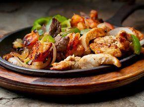 Fajita Fajita ist ein Gericht aus der TexMex Küche. Selbst in der Ursprungsregion, der Texanischen Grenzregion zu Mexiko, wird das Gericht in Zutaten und Zubereitung frei variiert. Also ran an die Pfanne, frisches Gemüse (Paprika, Tomate evtl. Mais), Fleisch und eine gehörige Portion Schärfe fertig ist Ihre Fajita. http://einfach-schnell-gesund-kochen.de/fajita/