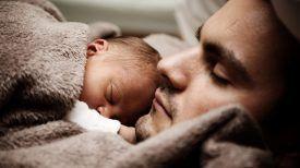 Et si c'était le vôtre ?! Faire du bénévolat pour câliner les bébés toxicomanes peut sauver leur vie !