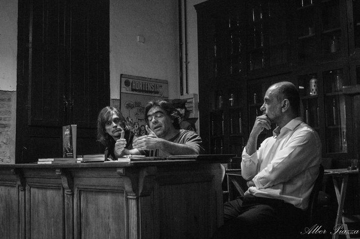 """Presentación de """"Bitácora del Naufragio"""" de Hugo Seleme - ilustrado por Andrés Casciani. (Editorial Brujas - 2017).  Realizada el viernes 3 de noviembre de 2017 en el Centro Cultural Casa de Pepino (Córdoba - Argentina) Cobertura fotográfica por Alber Piazza  Para comprar el libro a precio especial: https://articulo.mercadolibre.com.ar/MLA-688244725-bitacora-del-naufragio-en-la-tormenta-neoliberal-_JM#redirectedFromParent http://andrescasciani.com/"""