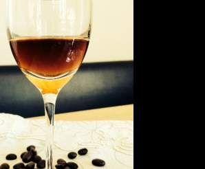 Rezept Kaffeelikör Spezial ...    100 g geröstete Kaffeebohnen     1/2 Liter Doppelkorn, 38 %     1,5 TL Anissamen, etwas anstoßen z.B. mit einem Fleischklopfer     1-2 Stück Zimtstangen, je nach Größe     1/2 Schote Vanille, längs halbiert     500 g Zucker     500 g Wasser
