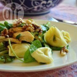 Pastasalade met kip en broccoli -  lauwwarme pastasalade van gevulde tortellini, gemengde sla, broccoli, kipfilet, walnoten en honing-mosterddressing.