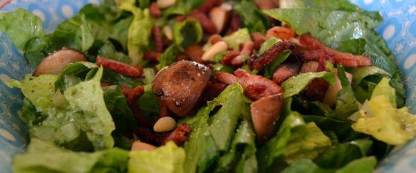 Salade met gebakken spekjes en kastanje champignons | Eerlijker Eten