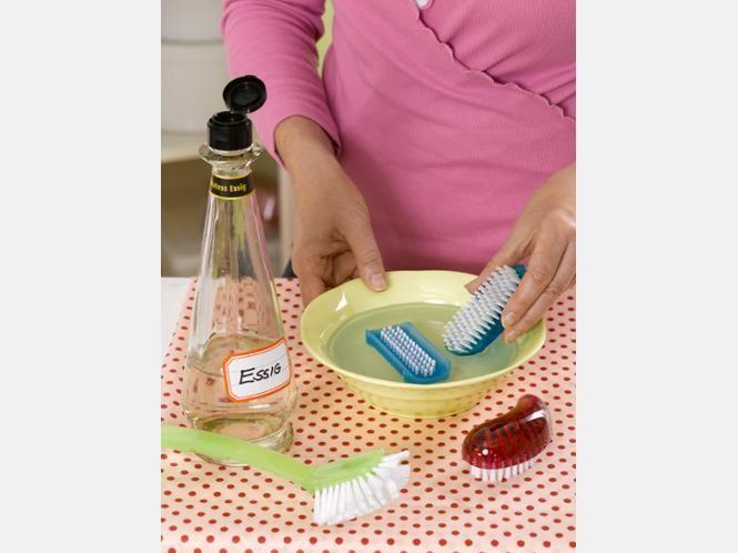 Bürsten in Essig einlegen: Entfernt Bakterien und Seifenreste, zusätzlich werden die Borsten gepflegt