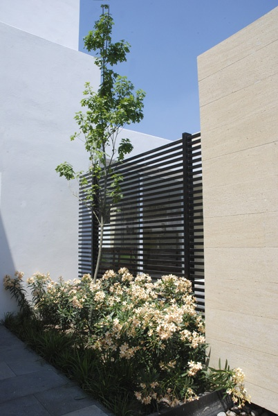 Minimalist Home with Minimalist Garden by S2A+Designbureau | Homes Design | homefurniturecatalogs.com