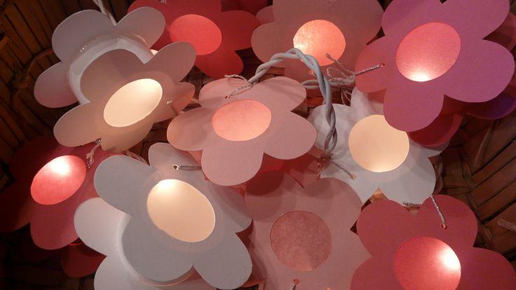 """*Lichterkette Blumen*  weiß - hellrosa - pink    Die Lichterkette besteht aus 10 Blumen in Form von """"kleinen Laternen"""" aus Tonkarton mit einem Krei..."""
