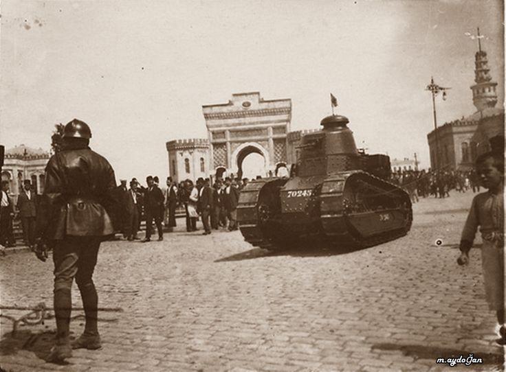 İşgal ordusuna mensup bir Fransız tankı, Beyazıt, İstanbul, yaklaşık 1920