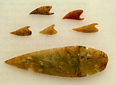 Puntas de flecha y hoja de daga de sílex, halladas en el kurgan de Maykop, actualmente en el Museo del Hermitage.