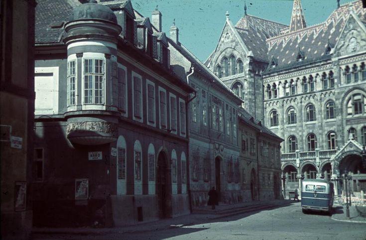Bécsi kapu tér nyugati házsora a Fortuna utcából nézve, balra a Kard utca, szemben a Magyar Országos Levéltár épülete.