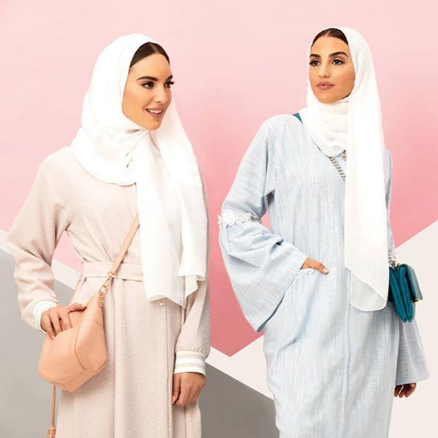 هل أنت من محبي اللون الوردي أم اللون الأزرق في العبايات العصرية Women Wear Fashion Arab Women