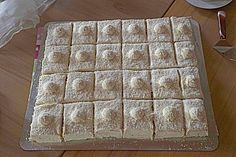 Zutaten   Für die Creme: 2 BecherSchlagsahne 200 gSchokolade, weiße  Für den Biskuitboden: 5 Ei(er) 180 gPuderzucker 1 ELÖl 120 gMehl 1/2 Pck.Backpulver 1/2 Pck.Kokosraspel