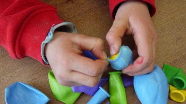 Flummis, das sind doch diese Dinger nach denen man mehr sucht, als das man damit spielt, oder?! Alles halb so tragisch. Den besten Flummi der Welt könnt ihr aus einer Handvoll Luftballons super einfach basteln! So geht das: