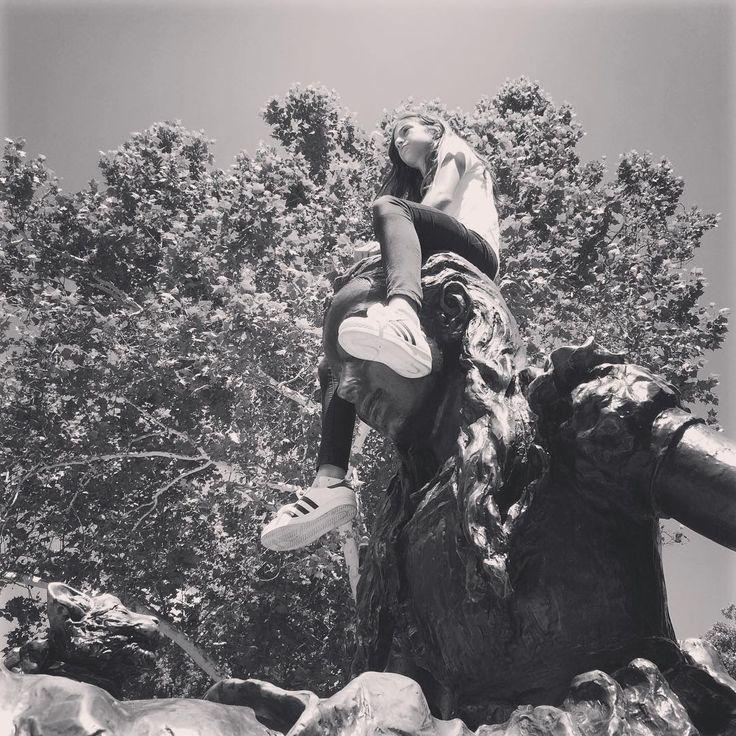"""Un mese fa: una giornata di sole a Central Park! A ragione chiamato """"il polmone verde di Manhattan"""", lì in mezzo si respira tutt'altra aria lontano dalla pazza frenesia della City. Abbiamo camminato a lungo,meravigliati da tanti alberi secolari,da tutto quel verde e da tanta bellezza. Sarà che sono una ragazza di campagna,ma certe cose quasi mi commuovono!!!"""