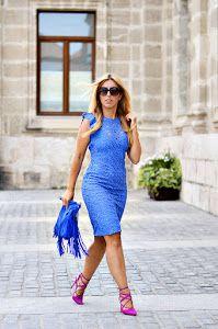 Fichamos este femenino y sofisticado look a todo color que mezcla un vestido azul con unos impresionantes zapatos morados