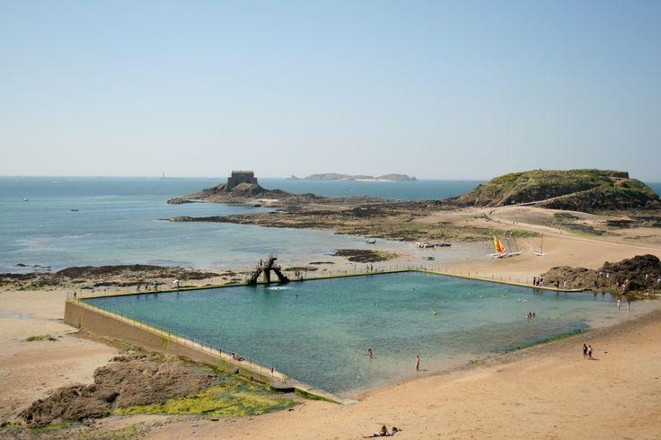 près des remparts de saint-malo, une piscine sur la plage :)