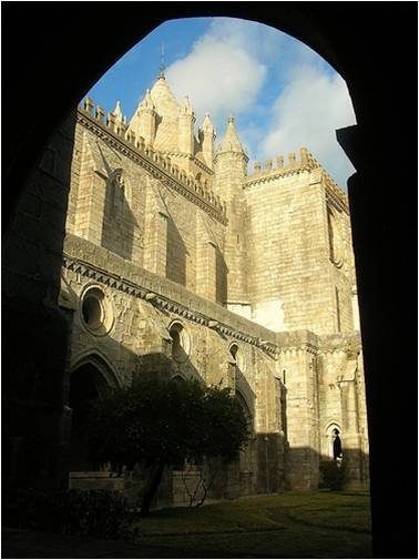 The historic centre of Évora is surrounded by walls built in the XVII century.