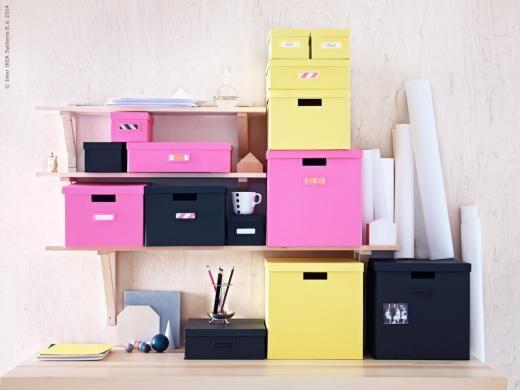 Staplat och klart! TJENA lådor med lock finns i svart, rosa och gult. EKBY VALTER/EKBY TRYGGVE vägghylla i massiv furu.