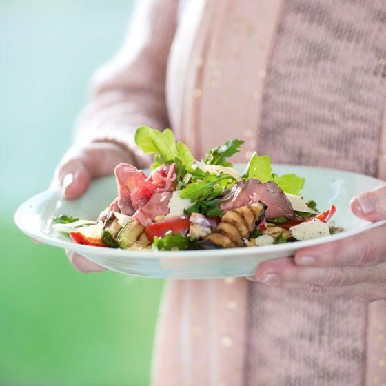 Carpacciosalade met gegrilde groenten en rucola - Maak de salade af met wat olijfolie, pijnboompitten en Parmezaanse kaas. #recept #Pasen #JumboSupermarkten