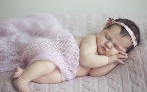 Обои девочка, венок, младенец, сон, ребенок