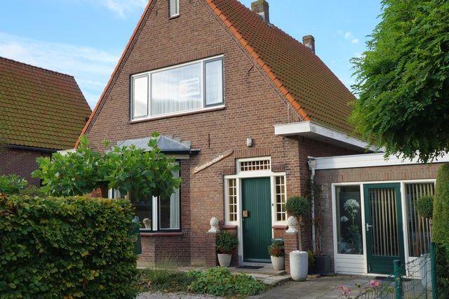 Prachtig gerenoveerde vrijstaande woning met mooi aangelegde seizoenstuin en atelier.