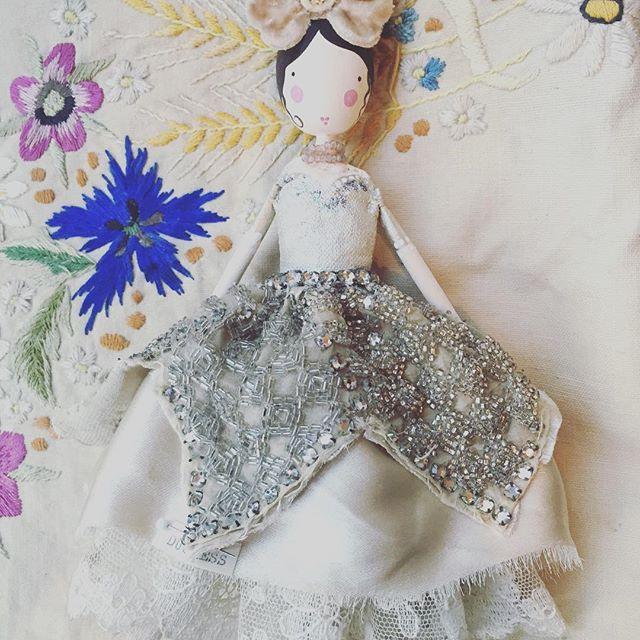 Duchess #sammckechniedolls #sammckechniefairies #dollmaker #missvioletsdollshouse #magpieandthewardrobe #happy #missviolet #duchess #aristocats #themagpieandthewardrobe #dollsofinstagram #fairiesareforlifenotjustforchristma