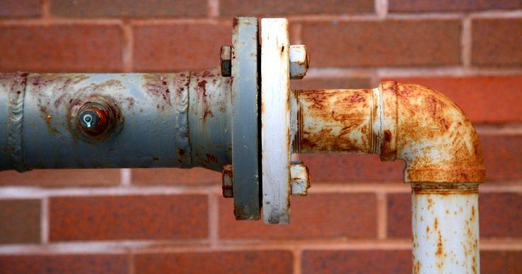 Cómo arreglar las fugas en las tuberías de desagüe de la cocina y del baño. Los charcos de agua en el fondo de tu gabinete del fregadero son una señal de que hay una fuga en los tubos de drenaje que requieren reparación inmediata. Las fugas se producen de vez en cuando en cualquier lugar a lo largo de la longitud de la tubería de desagüe del lavabo. Muy a menudo las fugas ocurren en los puntos de conexión, aunque las ...