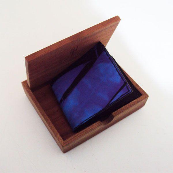 Ref: Billetera icono Material: Cuero – Pintado a mano Técnica: Batik Forro cuero Medidas: 9 cm x 10.5 cm  Producto hecho a mano http://www.monicatejada.co/