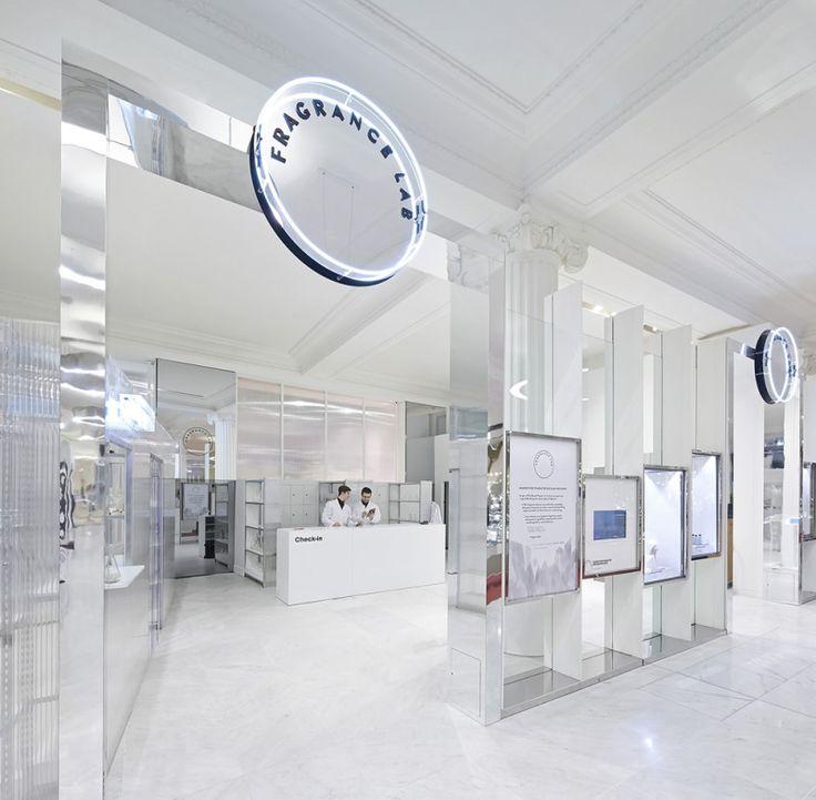 Selfridges laat shoppers in zijn Fragrance Lab ontdekken welk parfum het beste bij hen past. Consumenten leggen hiervoor een route af door verschillende 'zintuiglijke kamers'. Daarin ruiken ze onder meer aan oude boeken en kijken ze in het donker naar hun spiegelbeeld.